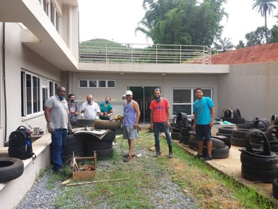 Equipe do projeto confeccionando as cadeiras feitas com pneus