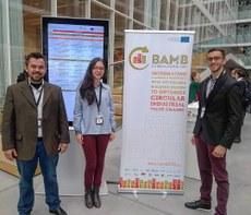 Professor Humberto e os bolsistas Marina e Hiago em evento na Bélgica