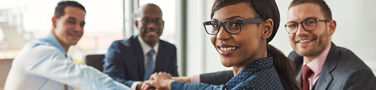 homens e mulheres de negócio ou administradores apertam mãos e sorriem