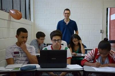 Professor e alunos no Minicurso no EATI