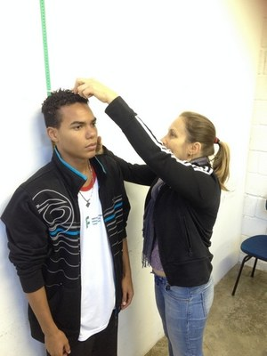 Aluno medindo a altura - Programa saúde na escola